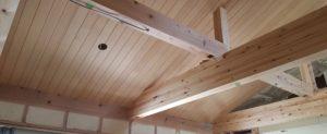 天井に羽目板を貼りました。